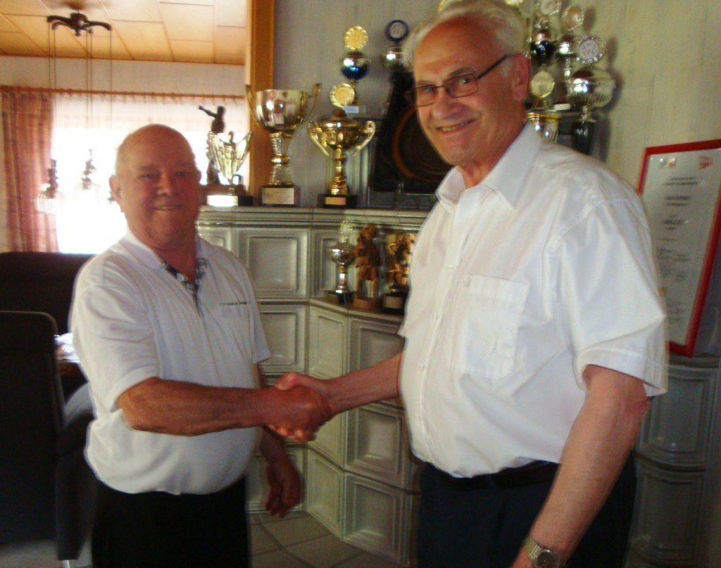 Max Schmider erhält Glückwünsche von Willi Heldt